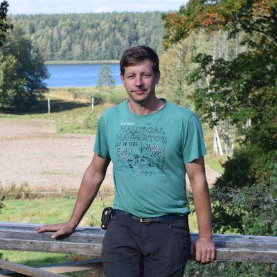 Ekoodlaren Mathias Weckström på Pargas gård i Raseborg