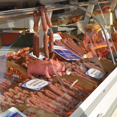 Salamiprodukter i en kyldisk.
