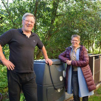 Thomas Lindström och Monica Lindvall komposterar sitt bioavfall