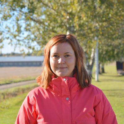 Lärare Christel Blomqvist ute i höstsolen utanför Kimo skola.