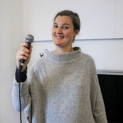 Emilia Skaag med en mikrofon i handen