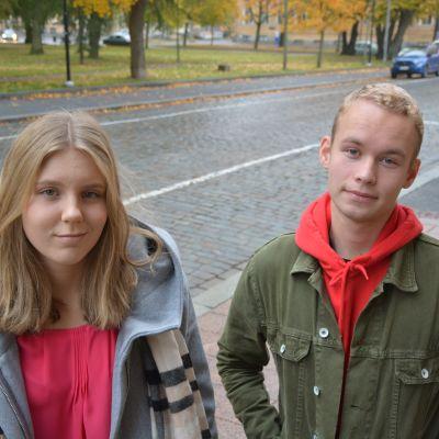 Heidi Kaarto och Emil Ahlroos på trappan utanför Vasa övningsskolas gymnasium.