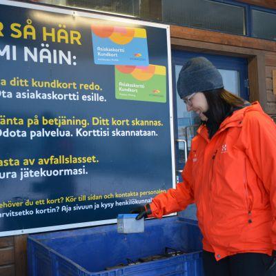Nina Lindman på Stormossens återvinningsstation.