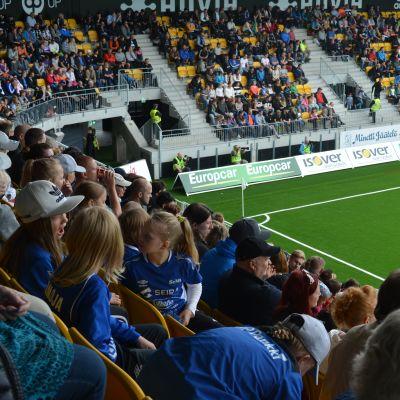 Yleisöä Seinäjoen jalkapallostadionilla.