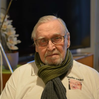 Rolf Törnroos i sin bostad i äldreboendet Karinaranta i Åbo