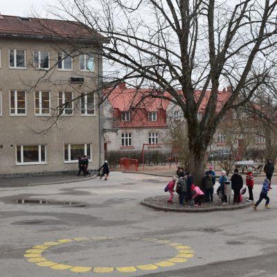 Barn som leker på skolgård.