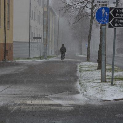 En man cyklar i snöyra i Vasa.