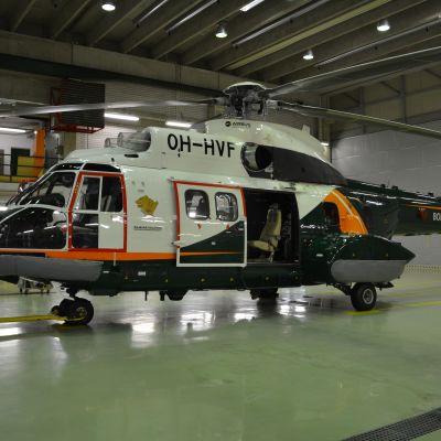 Helikopter inne i en hall.