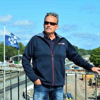 Torbjörn Ekholm uppe på järnvägsbron i Hangö.