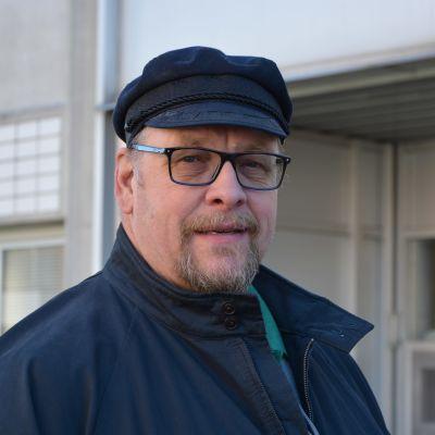 Ralf Holmlund i keps och glassögon.