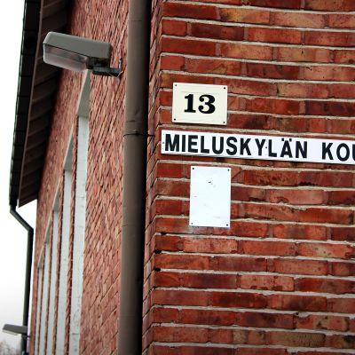 Mieluskylän kyläkoulun tiilinurkkaus.