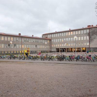 Cyklar på den i övrigt tomma skolgården utanför Centralskola i Hangö.