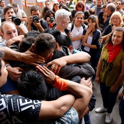 Uhrien sukulaiset, ystävät ja useat avustusjärjestöt kerääntyivät kuulemaan oikeusistuimen tuomiota Mendozassa Argentiinassa 25. marraskuuta 2019. Kun tieto vuosikymmenten vankilatuomioista tuli, ihmiset kerääntyivät halaamaan toisiaan.