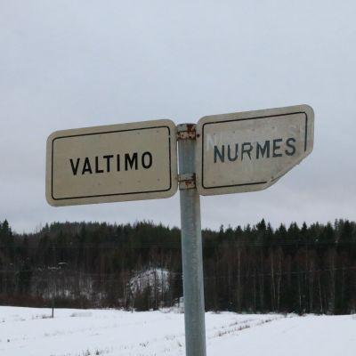 Nurmeksen ja Valtimon vanha ja ruostunut rajakyltti 6-tiellä, kuntien vanhalla rajalla.