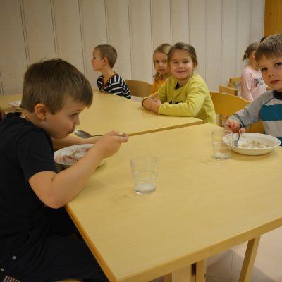 Lapset syövät aamupalaa.