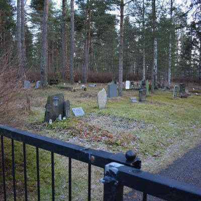 Kärsämäen hautausmaan tunnustukseton alue.