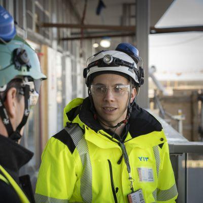 Yit:n vastaava työnjohtaja Antti Töllkö ja toimittaja Penkka Pantsu Triplan kerrostalon parvekkeella tammikuussa 2020.