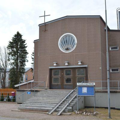 Filadelfiakyrkan i Borgå är en brun tegelbyggnad.