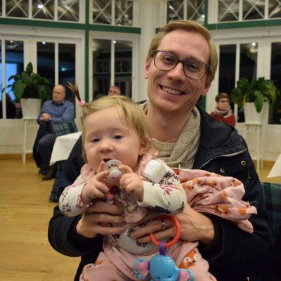 Esbjörn Hägerstedt med dottern Saga i famnen.