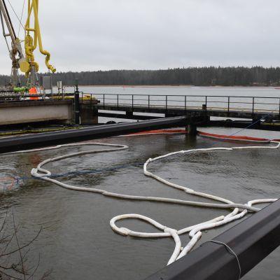oljebommar i vattnet vid Fortums kaj i Ingå.