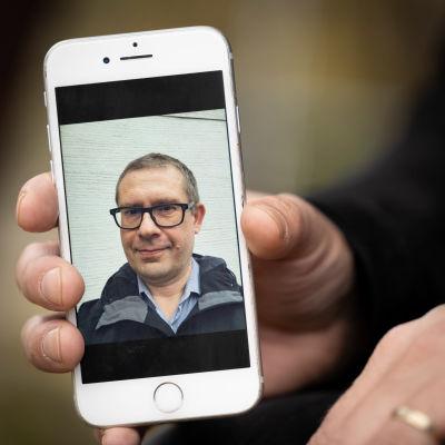 Lähikuva kännykästä, missä Jari Saramäen selfie.