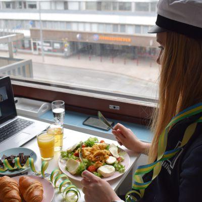 Aliisa Wahlsten virtuaalipiknikillä vapaunpäivänä 2020.