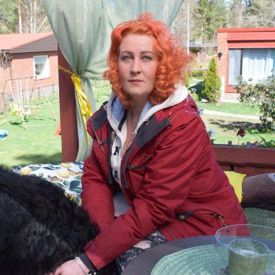 Johanna Hiltunen pihallaan Nousiaisissa.