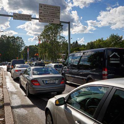 Bilar vid ett trafikljus