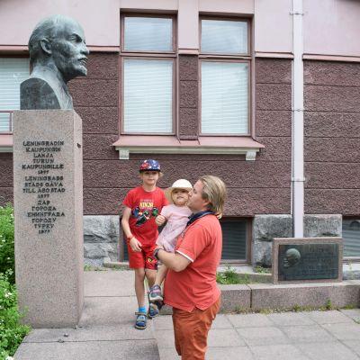 Mika Vääräniemi lapsineen Leninin muistomerkillä Turussa.