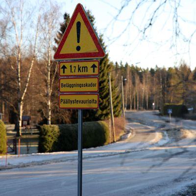 Päällystevaurioista varoittava liikennemerkki