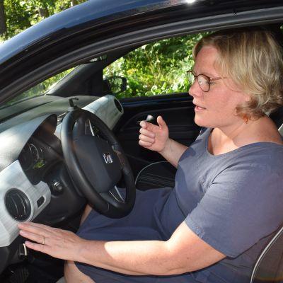 Kirsi Nuutinen hankkimansa Seat Mii-auton sisällä.