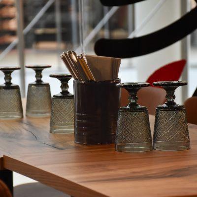 Glas och bestick på ett bord