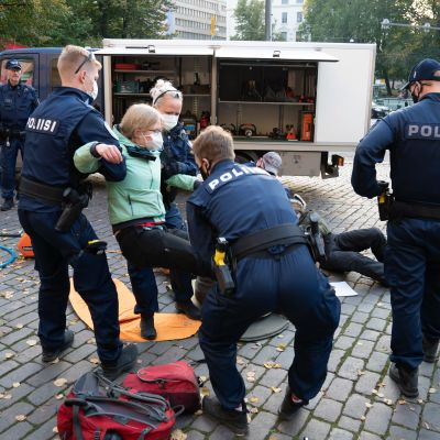 Elokapinas demonstration i Helsingfors. Polisen bär demonstranter bort.