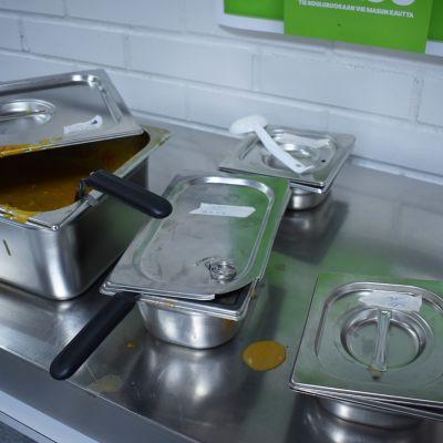 Erikoisruokavalioiden astioita koulun ruokasalissa.