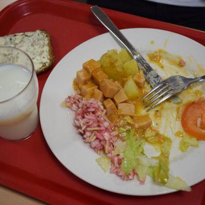 Kouluruokaa lautasella