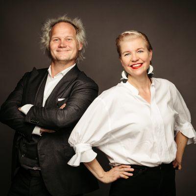 Jani Halme ja Anna Tulusto poseeravat vierekkäin kameralle hymyillen.