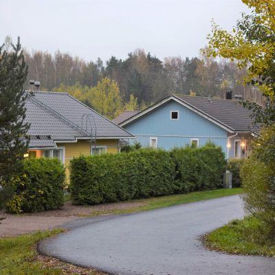 Två småhus längs en väg i Dal i Ingå.