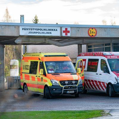 Ambulansseja Porvoon päivystyspoliklinikan edessä.