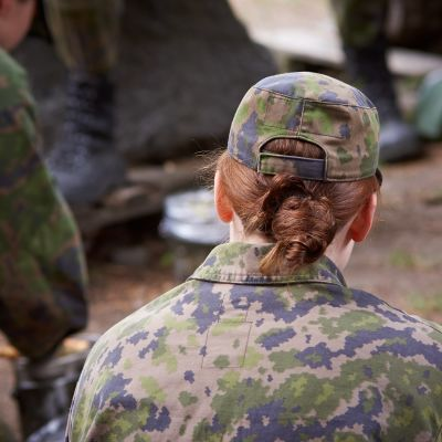 Suomen puolustusvoimien alokaskoulutus Santahaminassa. Naishenkilö armeijassa