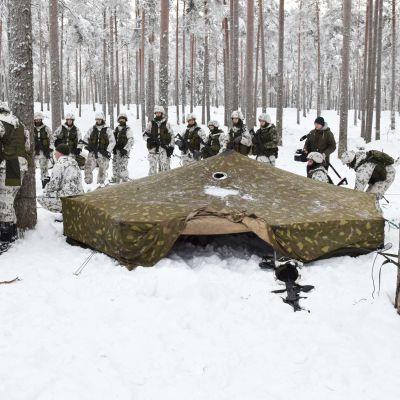 Rekryter samlade i Galoppskogen i Raseborg för sin första övernattningsövning.