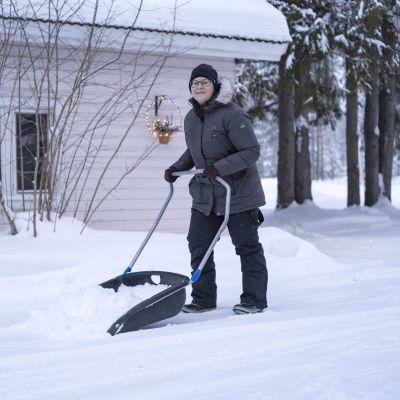 Marisanna Jarva kolaa lunta.
