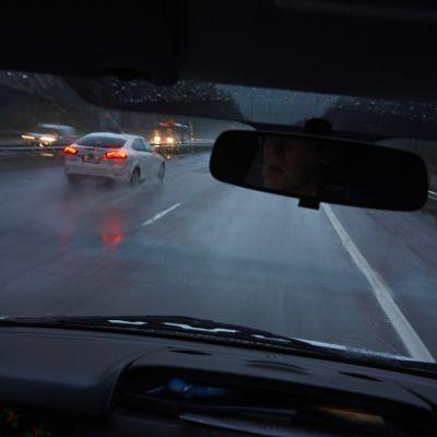 Autolla ajoa moottoritiellä, moottoritieliikennettä.