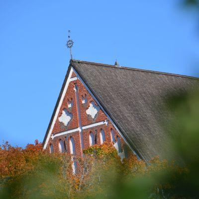Borgå domkyrka mot blå himmel.