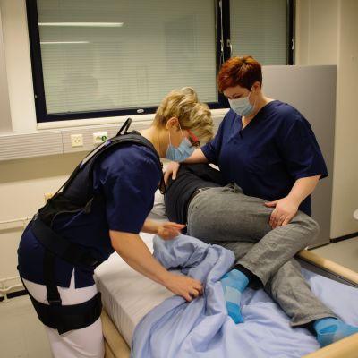 Potilaan kääntämisen harjoittelua voimaliivin avulla.
