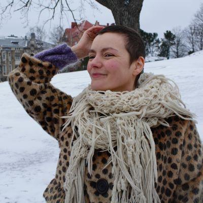 Sara Tenhunen pitelee sänkeään, joka kasvaa sytostaattihoidon jälkeen.