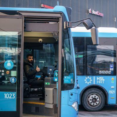 Linjan 532 bussinkuljettaja Ahmad al Allaoulli valmistautuu lähtemään liikenteeseen Leppävaaran bussiasemalla..
