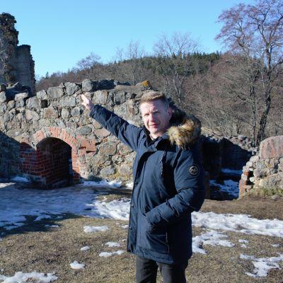 Kuusiston piispanlinnan raunioista virtuaalimallin tehnyt Markku Pohjola.