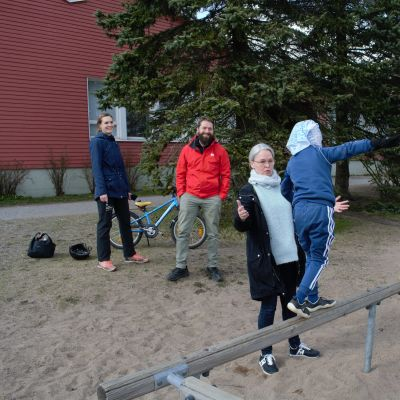 Rannikon perhettä ja supernanny Anne Suomalainen Ruskolla koulun pihassa.