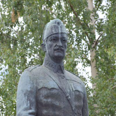 Mannerheims staty i S:t Michel.