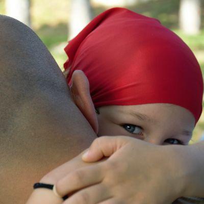 Ett barn på pappas axel. Det måste talas om papporna också, anser kritiker som tycker att fokus är på kvinnor i de nya socialpolitiska åtgärderna för att få fart på barnafödandet.